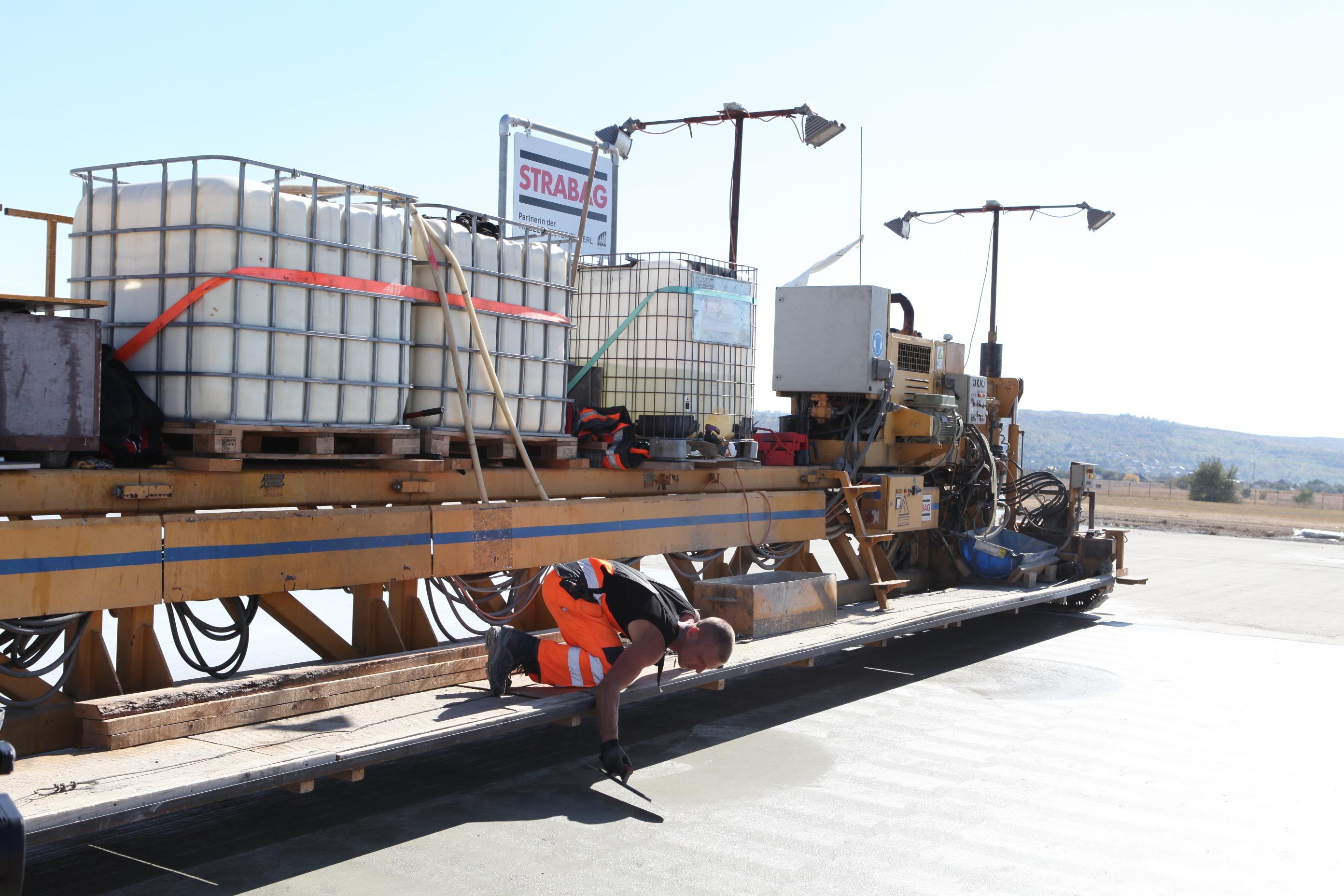 Работы по реконструкции взлетно-посадочной полосы на сегменте в 1 км находятся на этапе завершения.