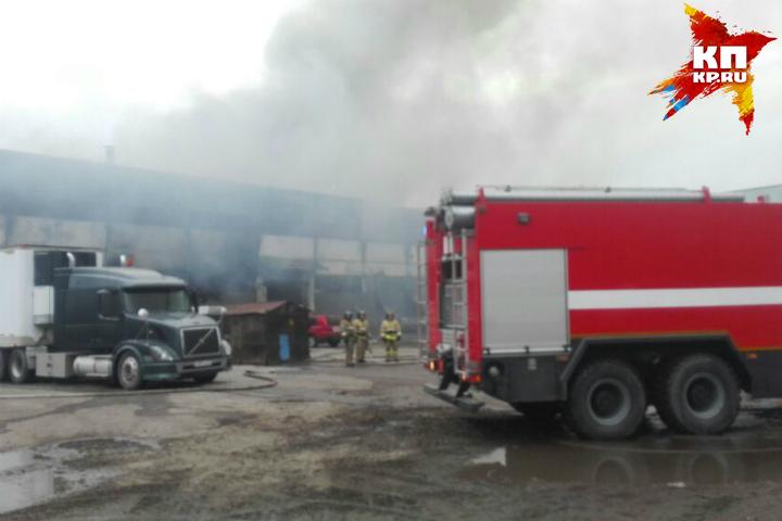 Сильный пожар наскладе обоев гасят пожарные вХабаровске