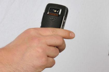Молодой омич забрал упродавца смартфон при помощи газового баллончика
