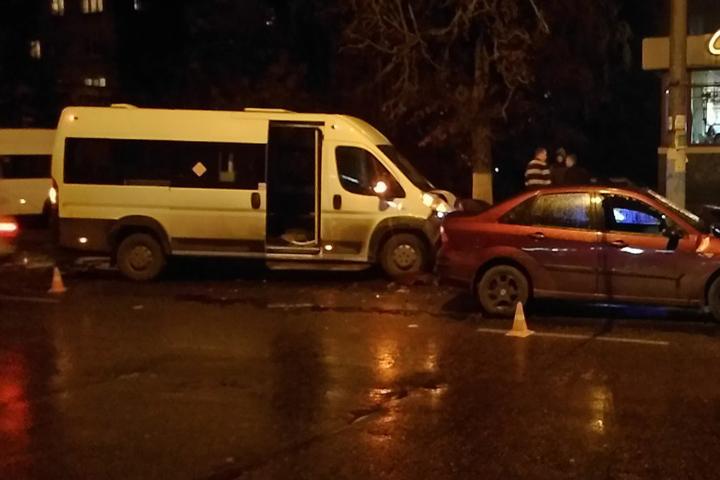 ВБрянске «Форд» врезался вмаршрутку: пострадали три человека
