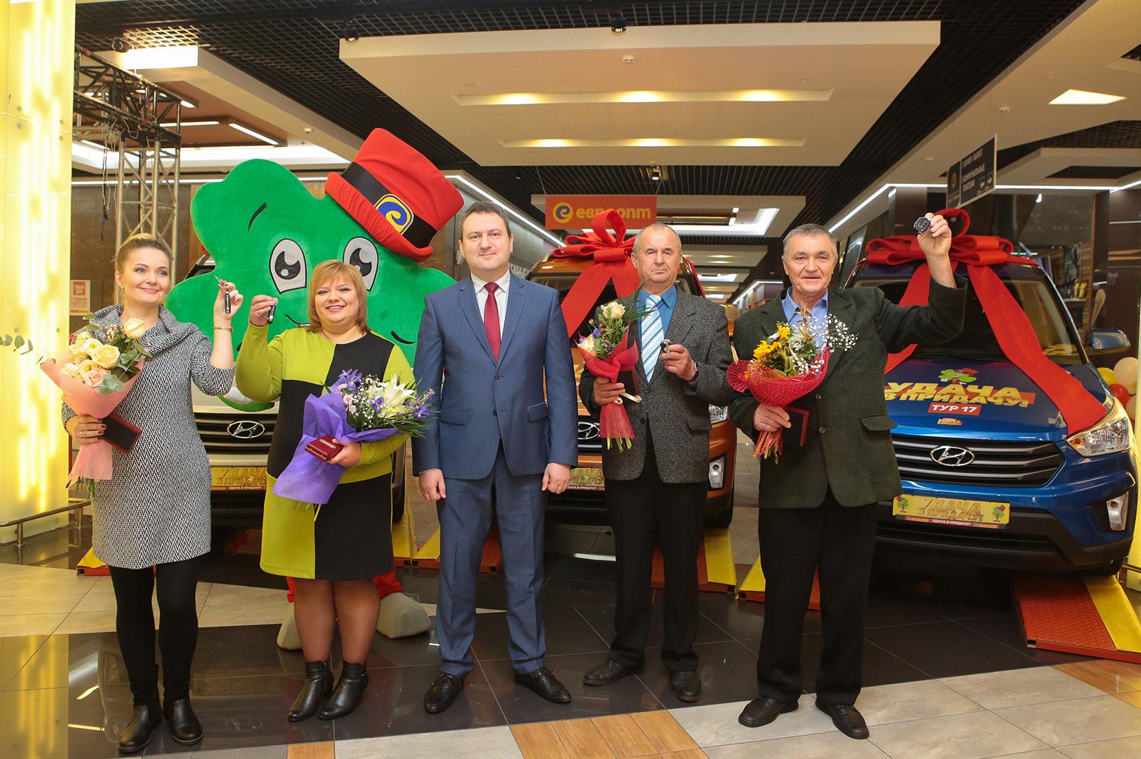 """Директор интернет-магазина """"Е-доставка"""" Василий Вилько вручил призы победителям."""