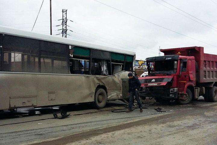 ВНовосибирске грузовой автомобиль врезался впассажирский автобус