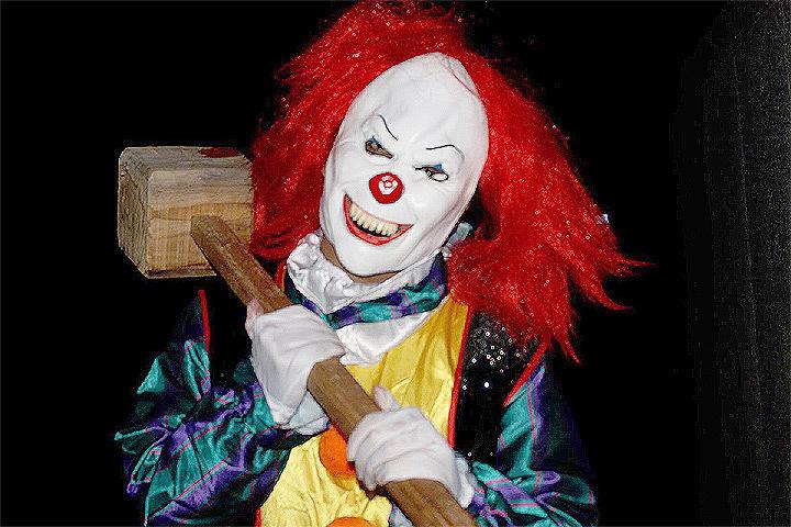 """Тенденция переодевания молодежи в костюмы """"клоунов-убийц"""" распространилась по всему миру. Фото: YouTube"""