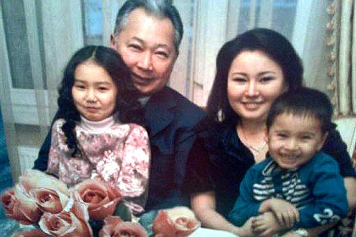 """Курманбек Бакиев, Назгуль Толомушова и их дети: Лейла и Данияр. Фото: """"Аят-пресс""""."""