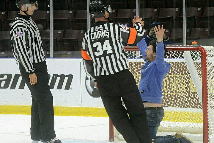 Болельщик выбежал на лед во время игры, хоккеисты с улыбкой реагировали на происходящее. Фото: twitter.com/mkmolnar
