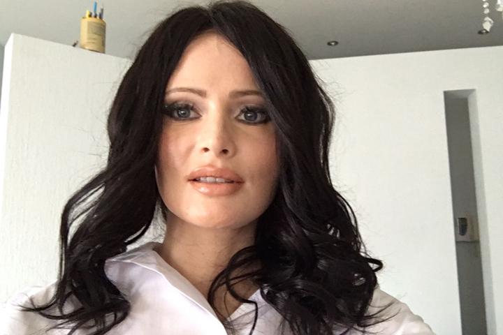 Дана призналась, что перекрасила волосы в черный цвет из-за серьезной ссоры со своим мужчиной