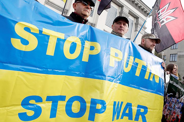 Пикет у российского посольства в Киеве.