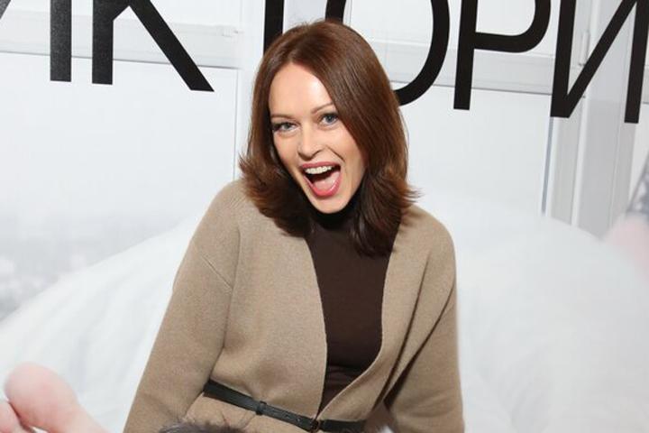 Ирина Безрукова, будучи в разводе, выглядит явно моложе и изысканней, чем раньше