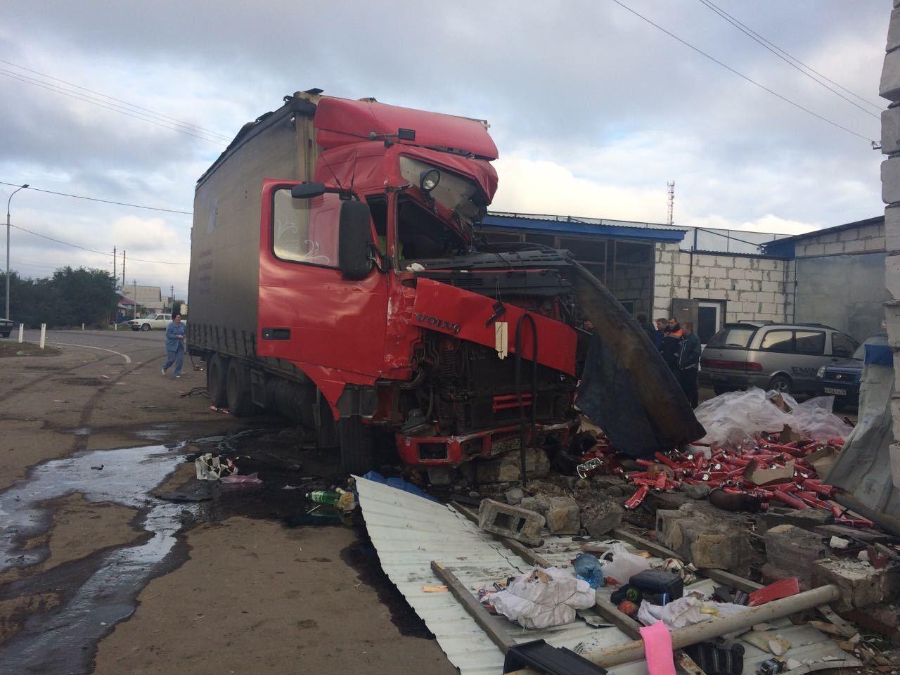 Натрассе под Воронежем фура протаранила автомастерскую: шофёр умер