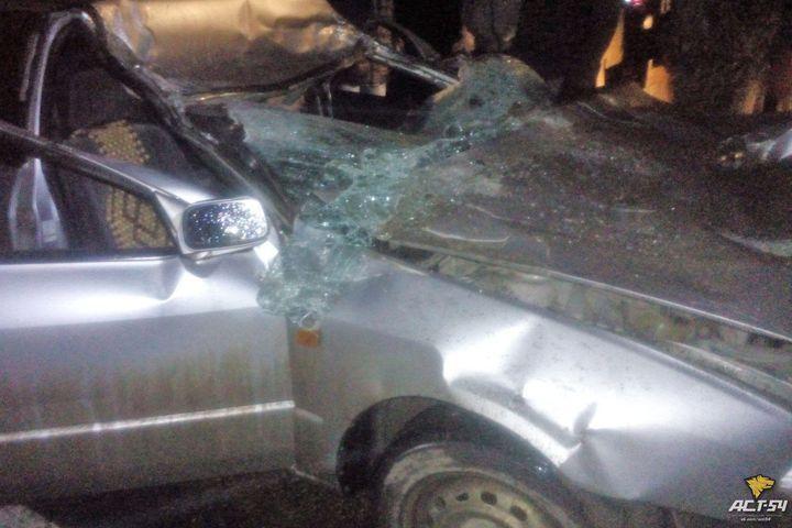 Натрассе вНовосибирской области машина врезалась встроительный вагончик