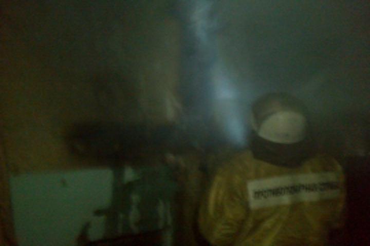 Огнеборцы вывели изгорящего дома 51-летнего мужчину