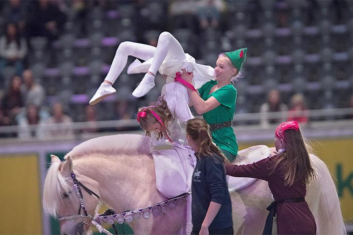Внучки королевской четы Норвегии показали акробатические трюки на лошадях. Фото: с сайта vg.no