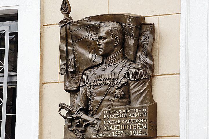 Памятный знак, посвященный русскому генералу Маннергейму, установили в Петербурге в июне, но споры о нем не прекращаются и сегодня