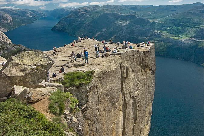 Норвежская гранитная скала Прекестулен. Фото: с сайта prirodadi.ru