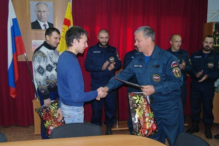 Воронежские cотрудники экстренных служб наградили отца исына, которые спасли двоих утопающих