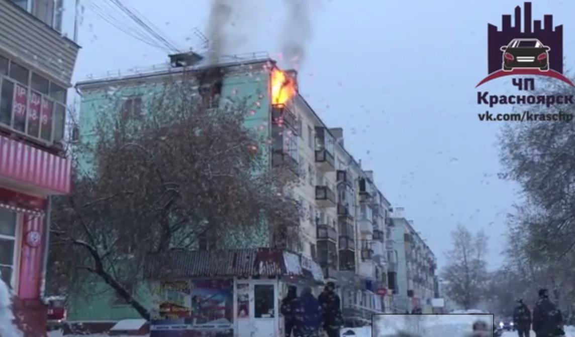 Пожар впятиэтажном доме направобережье Красноярска произошел утром