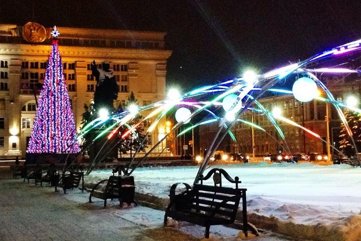 Наплощади Советов вКемерове начали монтаж основной новогодней ёлки