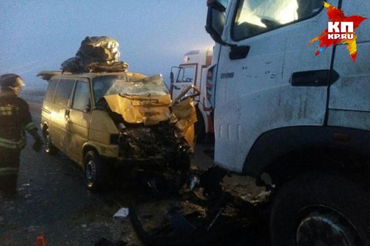 Шофёр микроавтобуса умер вУдмуртии при столкновении с грузовым автомобилем
