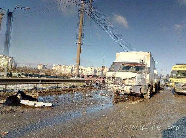 Авария счетырьмя автомобилями перед Северным мостом спровоцировала пробку вВоронеже