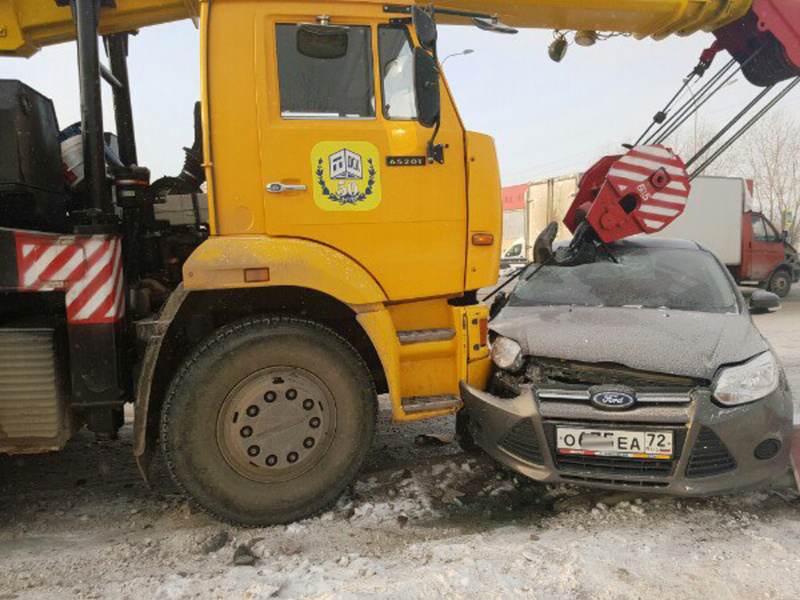 ДТП вТюмени: иностранная машина угодила под грузоподъемный кран