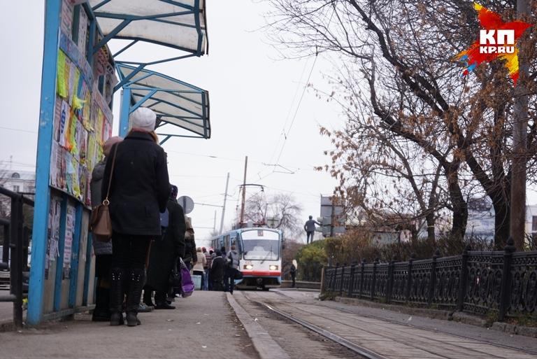«Тойота» смосковскими номерами заблокировала движение трамваев напроспекте Космонавтов