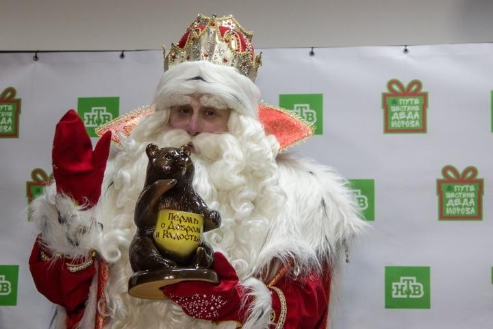 Мишка, которого слепили кунгурские ребята, Деду Морозу очень понравился.