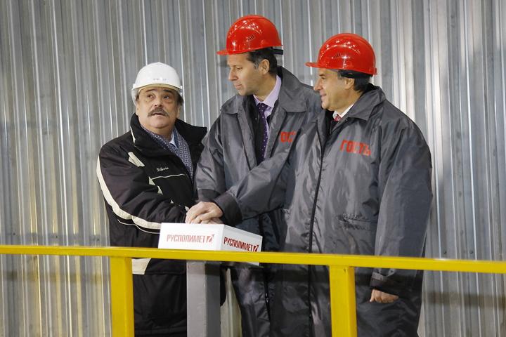 Виктор Клочай, Александр Потапов, Валерий Лукьяненко: 14-тонная печь запущена! Фото: Юрий ПРАВДИН.