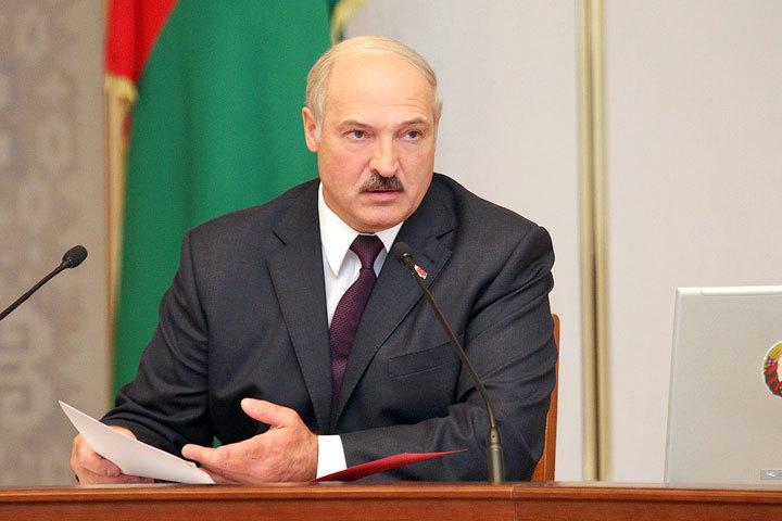 Президент погружен в вопросы составления школьных учебников. Фото: БелТА
