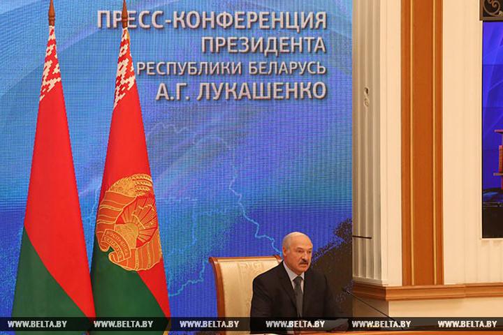"""Лукашенко: Смотрю на """"Черный квадрат"""" и думаю: """"Может, и я бы за ночь такое нарисовал"""". ФОТО: БелТА"""