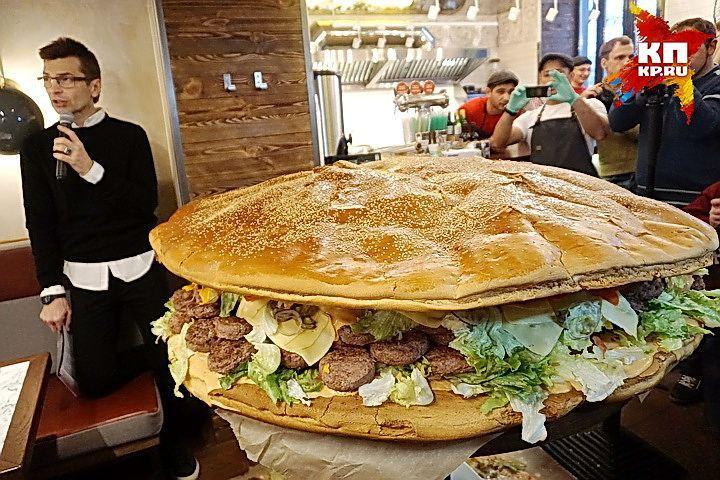 В Воронеже сделали бургер весом почти 157 кг.