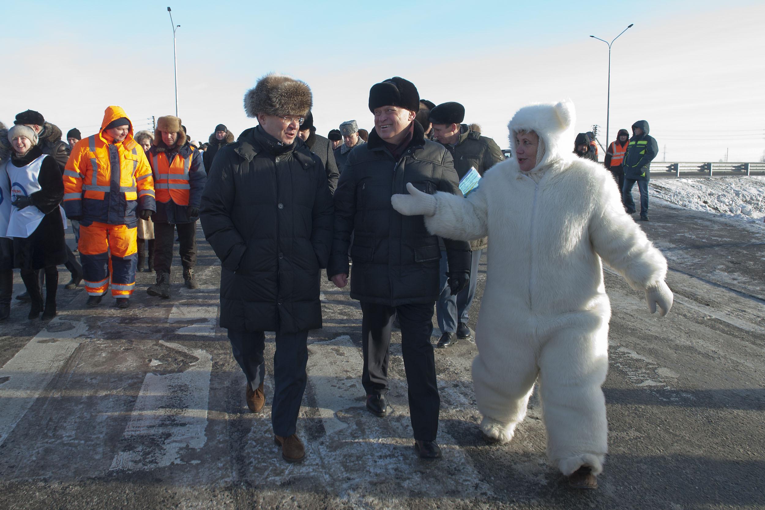 Тюменский депутат Альбина Селезнева, которая пришла на открытие дороги в костюме медведя, вызвало резонанс в Интернете. Фото: admtyumen.ru.