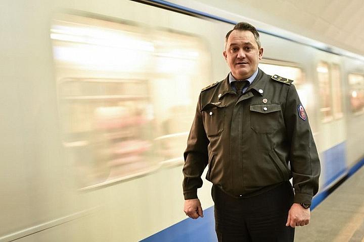 Бдительный машинист поезда помог задержать карманника вметро