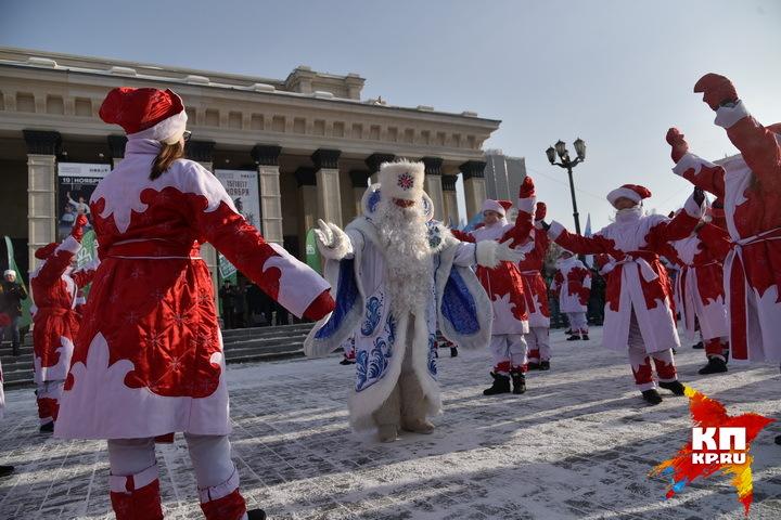 Несмотря на то, что мороз изрядно кусал всех за носы и щеки, поприветствовать Деда Мороза собрались десятки взрослых и ребятишек из Новосибирска.