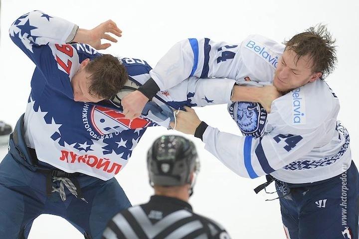 """В Нижнем Новгороде """"зубрам"""" пришлось не только показывать превосходство в игре в хоккей, но и в драках. Фото: hctorpedo.ru"""