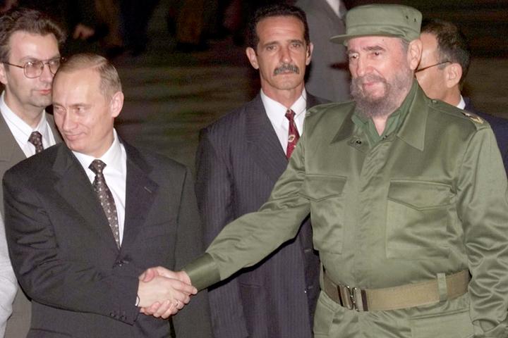 Фидель Кастро сильный и мудрый человек, котрый всегда с уверенностью смотрел в будущее, - заявил Путин. Снимок сделан в 2000 году во время встречи лидер России и Кубы
