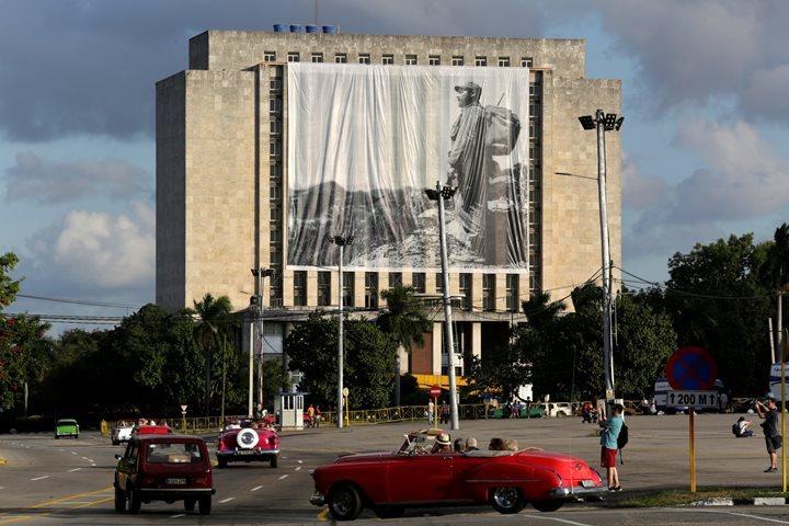 Фотография Фиделя Кастро на здании Национальной библиотеки в Гаване.