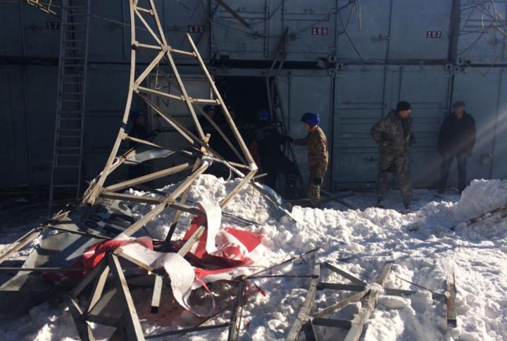 Конструкция на центральном проходе рынка «Алкан базары» не выдержала нагрузки и рухнула под тяжестью снега.