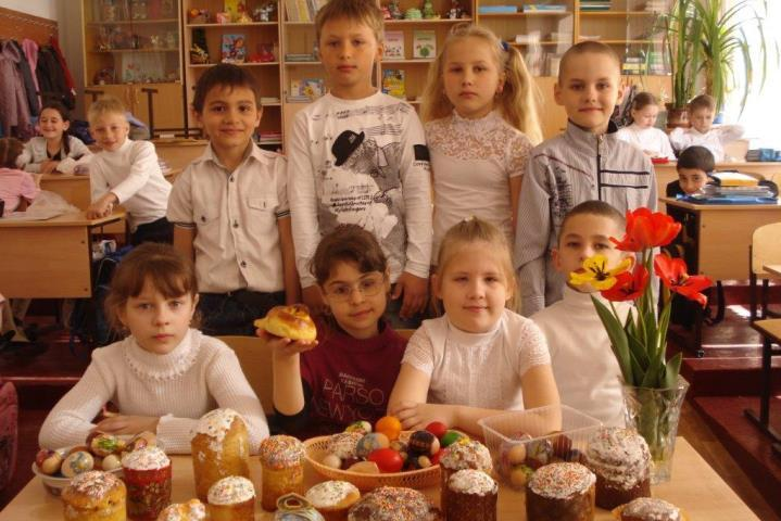 На Пасху дети приносят куличи, которые сделали дома Фото: МБОУ СОШ №39