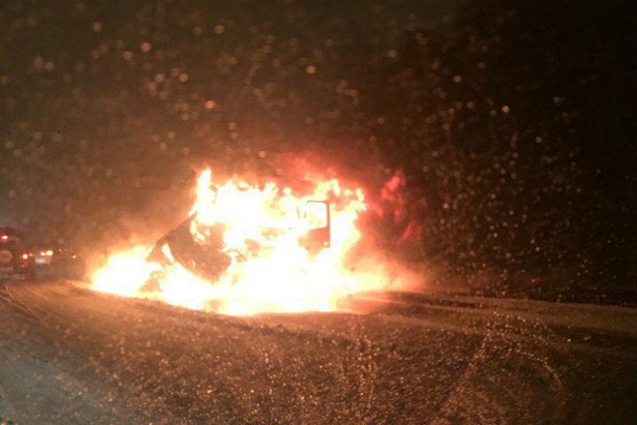 Петербург: грузовой автомобиль илегковушка вспыхнули, столкнувшись наМосковском шоссе