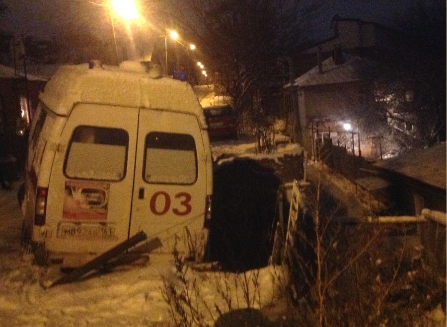 ВРостове наЗападном машина скорой помощи упала собрыва
