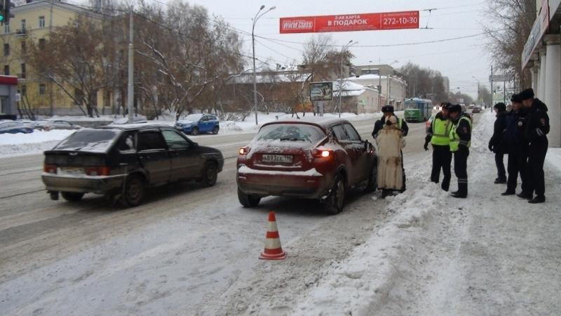 Вцентре Екатеринбурга престарелая автоледи проехала накрасный свет исбила школьника
