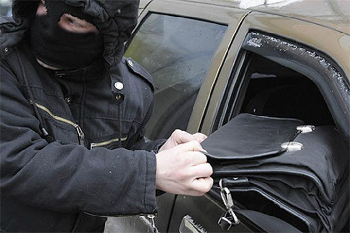 Топ-менеджера петербургской компании ограбили на16 тыс. долларов