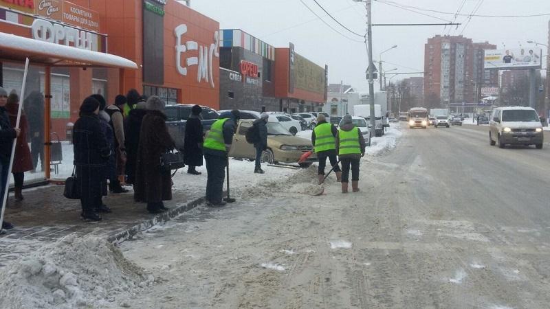 Неменее 150 единиц техники иоколо 3000 дворников убирают снег вРостове