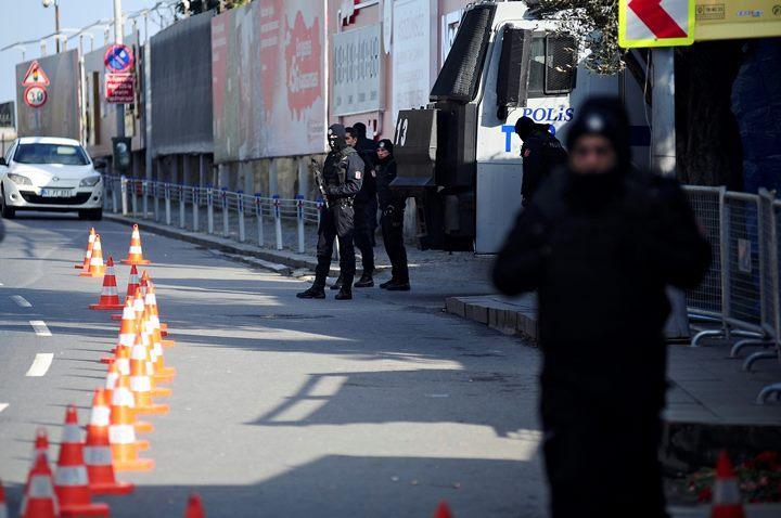 ВСтамбуле телефон спас жителя Америки отпули террориста