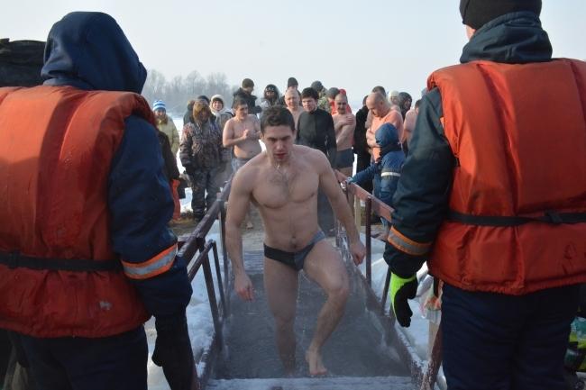 Сотрудники МЧС будут следить за безопасностью участников при выходе их на лед к купелям