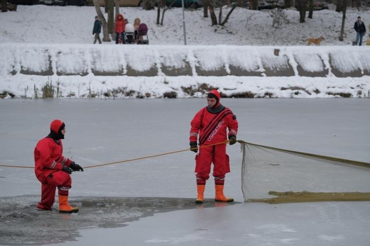 Двое мужчин выбрались из воды самостоятельно, а двум потребовалась помощь спасателей