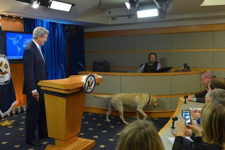 Напоследний брифинг вГосдепе Керри привел свою собаку