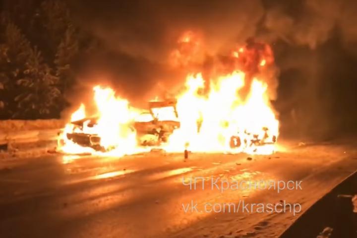 Наоживленной трассе под Красноярском вдорожной трагедии погибли два человека