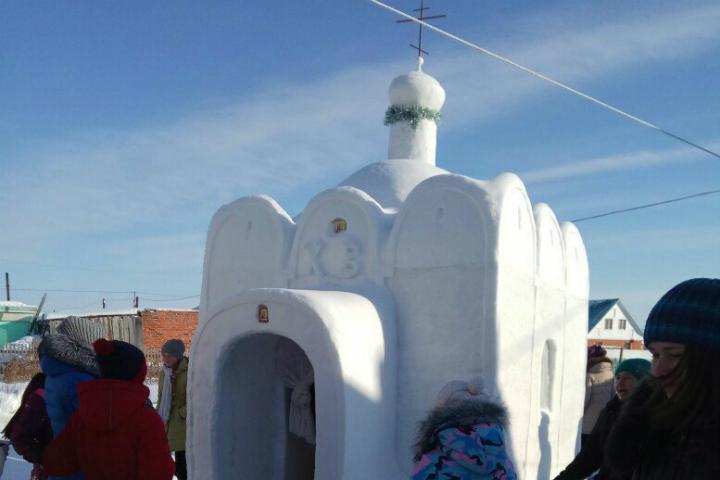 Гражданин области построил усебя водворе 2-метровую церковь изснега