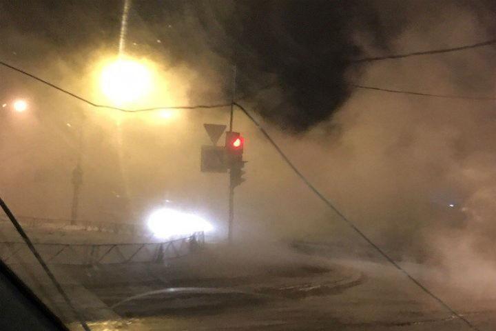 Ночью наМебельной улице прорвало трубу сгорячей водой